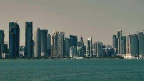 Panning op wolkenkrabbers in Doha stock videobeelden