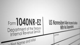 Panning over een 1040nr-EZ Belastingsvorm van IRS met Ondiepe Diepte van Gebied stock illustratie