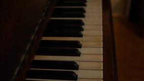 Panning over pianosleutels van oude piano stock videobeelden