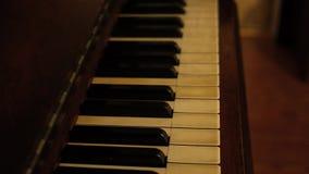 Panning over pianosleutels van oude piano - sepia versie stock footage