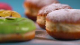 Panning przez kolorowych donuts i śmietanka torty zbiory wideo