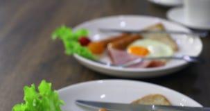 Panning scènevideo van platen van ontbijt stock videobeelden