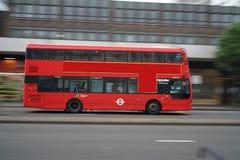 Panning strzał autobusu piętrowego autobusu bieg na Edgware drodze w ranku wcześnie Obraz Royalty Free