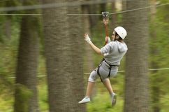 Panning strzał dziewczyny latanie wśród sosnowego drewna zdjęcie stock
