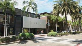 Panning strzał niektóre luksusowi sklepy odzieżowi na wyłącznym Rodeo Drive zbiory wideo