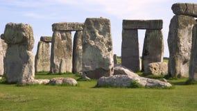 Panning strzał sławny prehistoryczny pomnikowy Stonehenge na pięknym słonecznym dniu zbiory