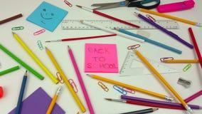 Panning strzał szkolny biurko z koloryt ołówkami zbiory wideo