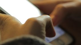 Panning strzał wysylanie sms - w górę zakończenia zbiory wideo