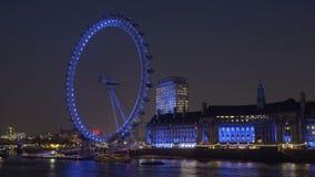 Panning, tijd-tijdspanne van het Oog van Londen van over de rivier Theems stock footage