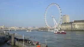Panning, tijd-tijdspanne van het Oog van Londen van over de Theems stock videobeelden