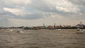 Panning tijdtijdspanne van Grote Aankomstparade van de havenverjaardag van Hamburg stock video