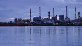 Panning Time lapsezonsopgang van Olieraffinaderij met bezinning, petrochemische installatie stock video