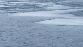 panning Timelapse de ondas de água no lago em parte congelado filme