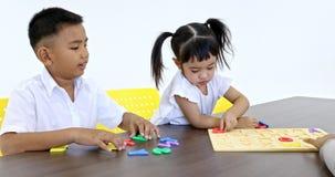 Panning ucznie bawić się abecadło intrygują wpólnie zdjęcie wideo