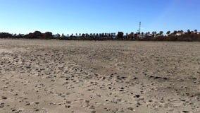 Panning van bijna leeg strand stock video