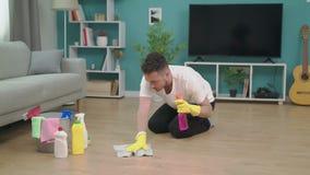 Panning van de jonge mens die na zich het bewegen aan nieuwe flat opruimen stock video