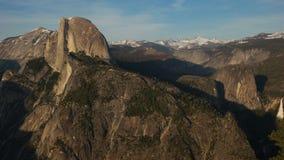 Panning van de middagmiddag mening van de dalingen van Nevada van het nationale park van Yosemite stock video