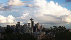 Panning van de de zomermiddag mening van de Ruimtenaald en Seattle stock video
