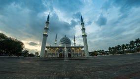 Panning van 4K Cinematic Recht op Linkertime lapselengte van Selangor-de Moskee van de Staat in Sjah Alam, Maleisië stock footage