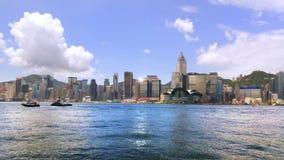 Panning video van horizon van Hong Kong Mooie wolkenkrabbers met bewolkte hemel stock videobeelden