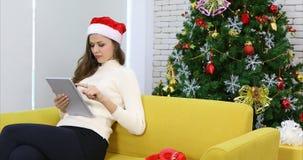 Panning video van Kaukasische vrouw die tablet gebruiken stock videobeelden