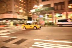 Panning wizerunek żółta taxi taksówka zdjęcia stock