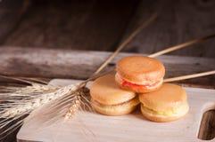 pannkaka eller Dorayaki på träbakgrund Arkivfoto