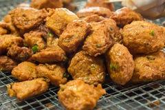Pannkaka för djupt stekt fisk för currydeghav eller fiskcurry i Talin Royaltyfri Fotografi