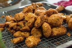 Pannkaka för djupt stekt fisk för currydeghav eller fiskcurry i Talin Royaltyfria Foton