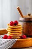 Pannkaka med bär på trämagasinet En trumma av honung Arkivfoton