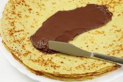Pannkaka med chokladspread royaltyfria bilder