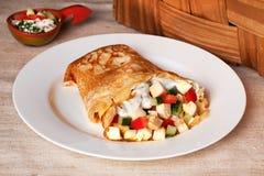 Pannkaka med höna, tomater, peppar, gurkor Arkivfoto