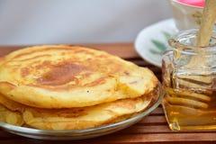 Pannkaka med honung Royaltyfri Fotografi