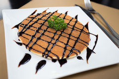 Pannkaka med honungsirap och chokladsås Royaltyfria Bilder