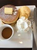Pannkaka med icecream på den vita maträtten Arkivfoto