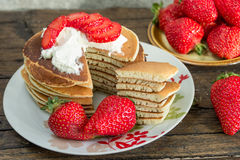 Pannkaka med jordgubbar och glass Arkivfoto