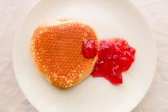 Pannkaka med jordgubbedriftstopp Arkivfoto