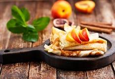 Pannkaka med persikan Arkivfoton