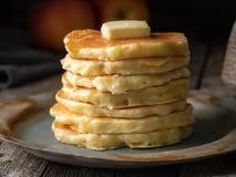 Pannkaka med smör, makro, närbild Mörk lynnig gammal lantlig träbakgrund arkivbild