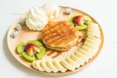 pannkaka med vaniljglass och frukt Royaltyfri Foto