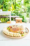 pannkaka med vaniljglass och frukt Royaltyfria Bilder