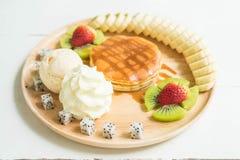 pannkaka med vaniljglass och frukt Arkivfoton
