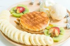 pannkaka med vaniljglass och frukt Fotografering för Bildbyråer