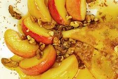 Pannkaka och äpplen i karamell Arkivbild