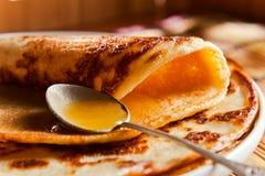 Pannkaka och honung Arkivfoton