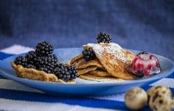 Pannkakafrukost som dekoreras med bär Royaltyfria Bilder