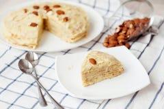 Pannkakakaka med kräm, efterrätt Royaltyfri Fotografi