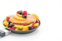 pannkakan med blandningen bär frukt (jordgubben, blåbär, hallon, M royaltyfri foto