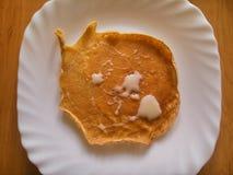 Pannkakan med mjölkar sirap Arkivbilder