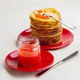 Pannkakavecka röda kaviarpannkakor Fotografering för Bildbyråer
